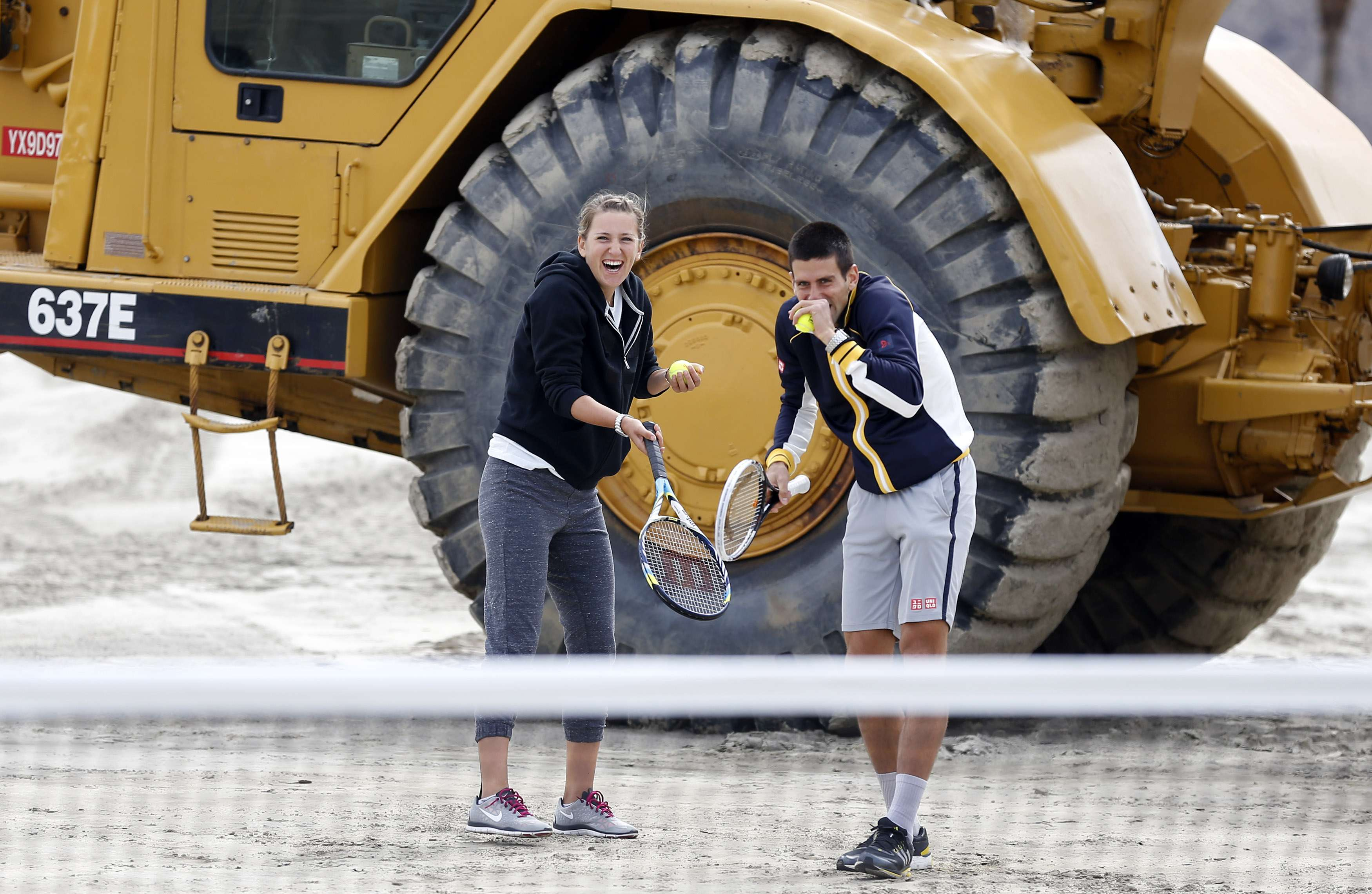 Victoria Azarenka, de Bielorrusia, y Novak Djokovic, de Serbia, rompen en risas despus de un saque ceremonial hacia los espectadores y fotgrafos durante una ceremonia de colocacin de primera piedra de la ampliacin del Indian Wells Tennis Garden.