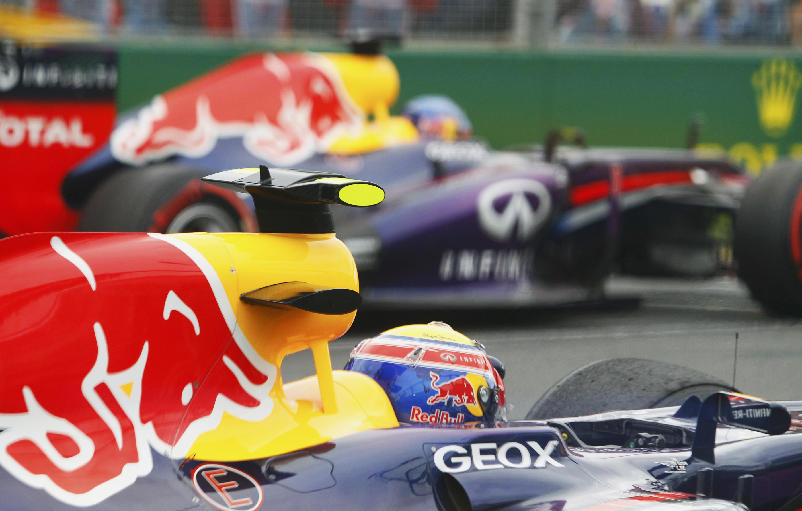 Los Red Bull de Frmula Uno de Mark Webber, de Australia, y Sebastian Vettel, de Alemania, esperan el inicio del Gran Premio de Australia.