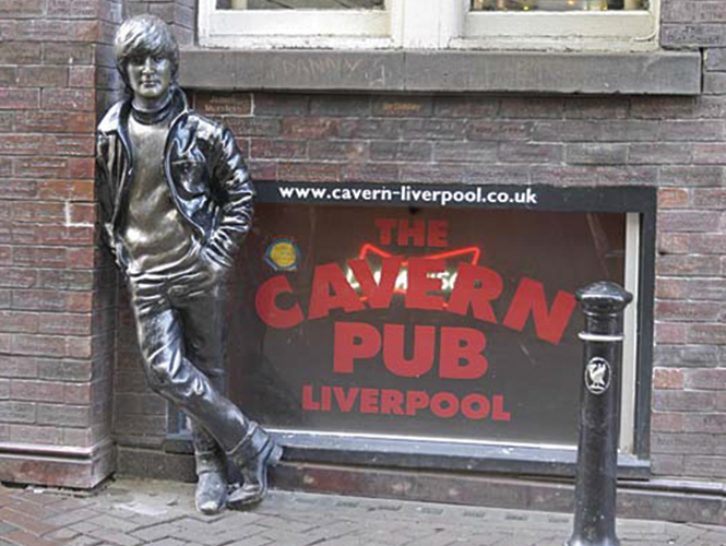 En 1997 se develó una escultura en honor a John Lennon afuera de The New Cavern Club.
