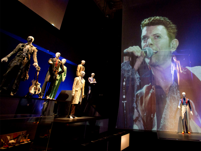 Los mil atuendos del camaelnico David Bowie son pieza de culto en el museo Victoria & Alberto de Londres en la muestra 'David Bowie Is'.