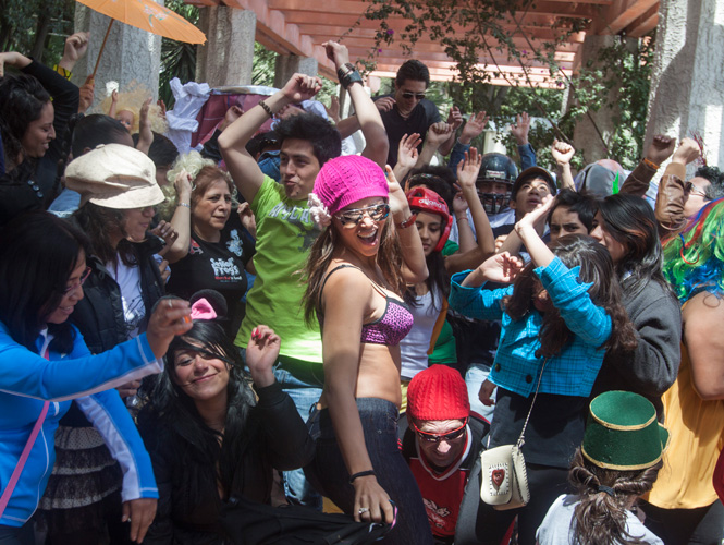 Varios jvenes se dieron cita en el Parque Mxico para bailar Harlem Shake.