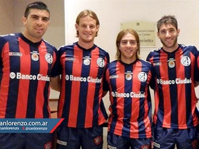 San Lorenzo sale al campo con una camiseta que lleva la imagen del Papa