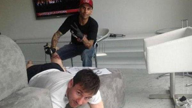 Inicia el proceso del tatuaje para Lionel Messi (Especial)